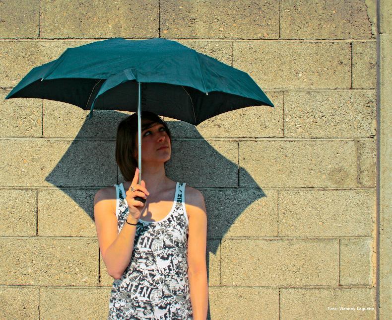 Kvinde med paraply - dækning af merudgifter til voksne